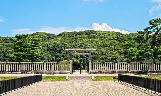Cổng chính vào bên trong khu lăng mộ